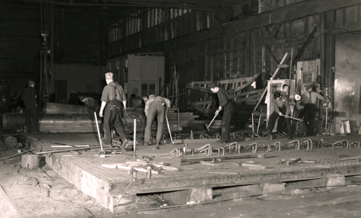 Work inside the Davie Shipbuilding and Repair Co., June 1941. [PHOTO: LIBRARY AND ARCHIVES CANADA—PA105431]