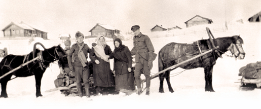 Canadian gunners pose with two female Russian transport drivers, February 1919. [PHOTO: ALAN A. OUTRAM, LIBRARY AND ARCHIVES CANADA—PA037374]