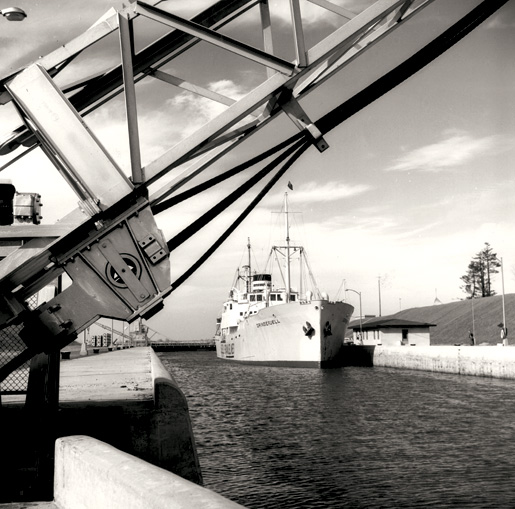 A vessel inside the Iroquois, Ont., Lock. [PHOTO: C. LUND, LIBRARY AND ARCHIVES CANADA—PA111548]