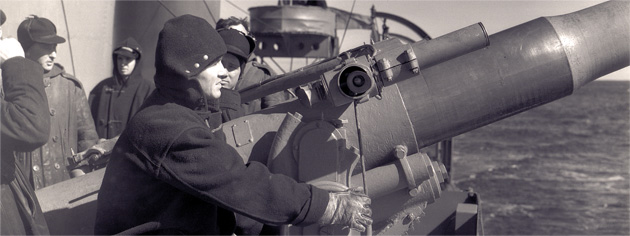 Personnel man a gun on board HMCS St. Croix in March 1941. [PHOTO: LIBRARY AND ARCHIVES CANADA—PA105295]