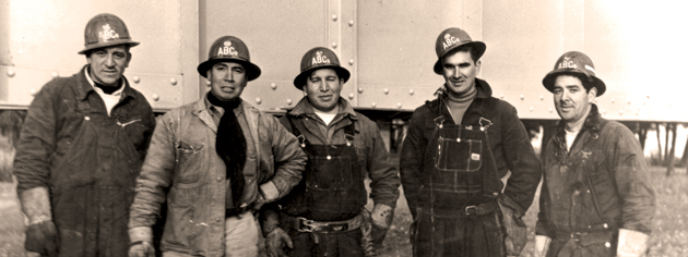 A group of Kahnawake ironworkers in the 1950s. [PHOTO: KANIEN'KEHAKA ONKWAWENNA RAOTITIOHKWA CULTURAL CENTER]