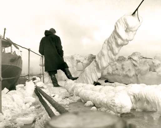 Frozen ocean spray clings to HMCS Wetaskiwin, December 1942. [PHOTO: J.D. MAHONEY, LIBRARY AND ARCHIVES CANADA—PA116836]