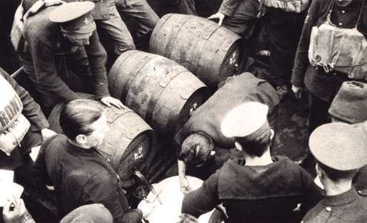 The beer issue on board the Empress of Britain, May 1916. [PHOTO: DND/LIBRARY AND ARCHIVES CANADA—PA022720]