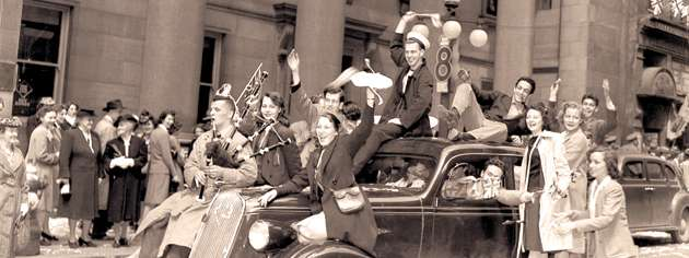 A VE-Day celebration rolls down Sparks Street in Ottawa, May 8, 1945. [PHOTO: LIBRARY AND ARCHIVES CANADA—PA114617]