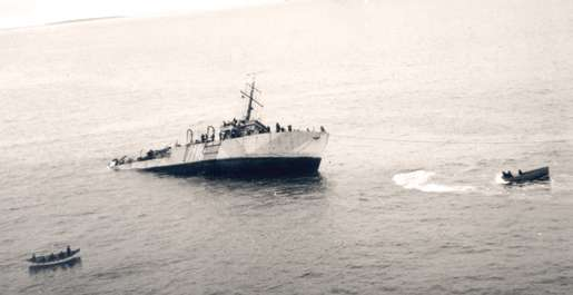Attempts to save HMCS Chedabucto fail, October 1943. [PHOTO: LIBRARY AND ARCHIVES CANADA]