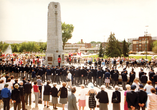 Delegates and guests crowd the cenotaph at the 30th dominion convention in 1984. [PHOTO: LEGION MAGAZINE ARCHIVES]