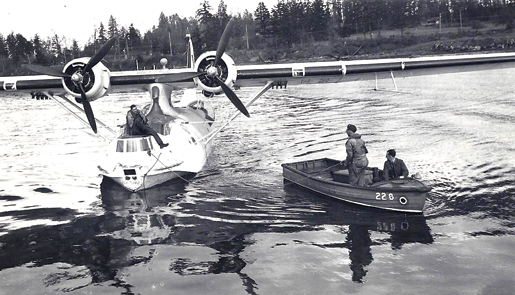 Marine Branch crew meet a Catalina at Patricia Bay, 1945. [PHOTO: COMOX AIR FORCE MUSEUM]