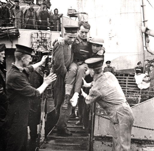 Wounded troops are disembarked in England. [PHOTO: LIBRARY AND ARCHIVES CANADA—PA183773]