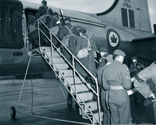 Canadian troops board a North Star en route to Korea from McChord Air Force Base. [PHOTO: LIBRARY AND ARCHIVES CANADA—PA115553]