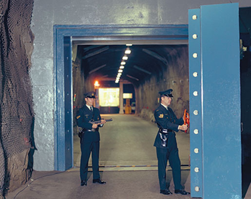 The 19-tonne blast door into the main entrance is opened easily. [PHOTO: CANADIAN FORCES MUSEUM OF AEROSPACE DEFENCE—NBC72-1301]