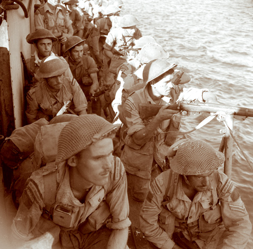 Troops with the Royal 22nd Regiment are ready to disembark at Villapiana, Italy, on Sept. 16, 1943. [LAC/PA-115197]