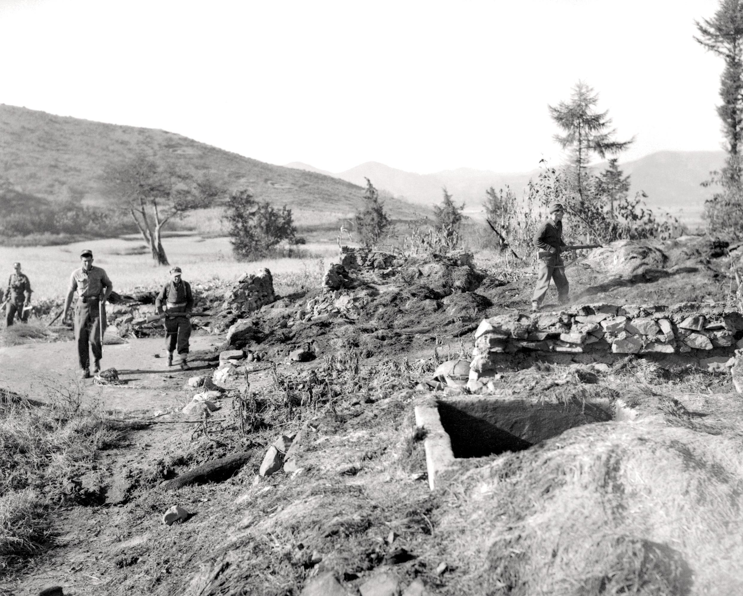 Historic Korean War Photo – Searching A Hideout