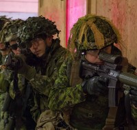 Canadian Army soldiers from the 1st Regiment, Royal Canadian Horse Artillery prepare to secure a simulated building while participating in combat first aid training at CFB Shilo, Manitoba, on March 18, 2016.  Photo: MCpl Louis Brunet, Canadian Army Public Affairs AS01-2016-0016-001 ~ Des soldats de l'Armée canadienne du 1er Régiment du Royal Canadian Horse Artillery s'apprêtent à sécuriser un bâtiment factice dans le cadre d'une instruction de premiers soins au combat à la BFC Shilo, au Manitoba, le 18 mars 2016.  Photo : Cplc Louis Brunet, Affaires publiques de l'Armée canadienne  AS01-2016-0016-001